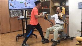 蔡炳坤體驗銀髮環狀運動器材台北市副市長蔡炳坤(右)3日在教練帶領下,體驗銀髮環狀運動器材,鼓勵長輩多運動、對抗肌少症,提升身體機能。中央社記者陳怡璇攝 109年1月3日