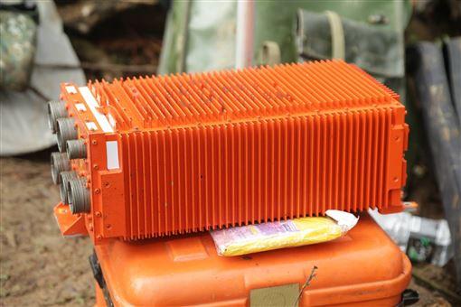 今日上午尋獲的「失事殘存飛行資料紀錄器FDR」(黑盒子),提供各位參考運用。(圖/國防部提供)