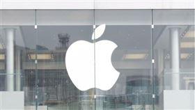 蘋果2日股價上漲2.3%收300.35美元,在股票分拆後首度超越300美元關卡。(中央社檔案照片)