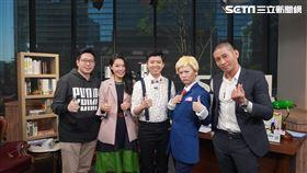 王浩宇、高虹安及黃益中高唱《明天會更好》。 左起:王浩宇、高虹安及黃益中(右一),參與網路節目錄影。