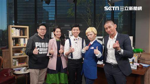 王浩宇、高虹安及黃益中高唱《明天會更好》。左起:王浩宇、高虹安及黃益中(右一),參與網路節目錄影。