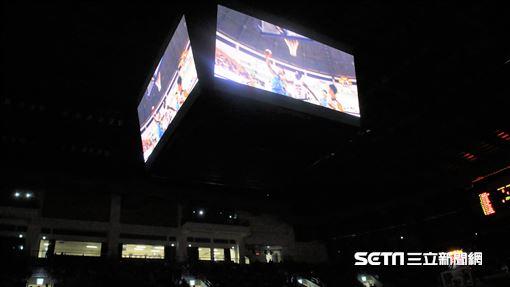 富邦勇士特別播放影片向張宗憲、陳建州致敬。(圖/記者劉家維攝影)
