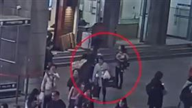 「太可愛了」2歲女童當街遭強抱走!中年婦女:要帶回家養(圖/翻攝自YouTube)
