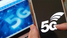 5G競標大戰 美系外資:台灣電信商陷入囚犯困境台灣首次5G頻譜競標大戰180回合,美系外資形容台灣電信商陷入「囚犯困境」,創下全球3.5GHz頻譜取得價值的新紀錄。中央社記者江明晏攝 109年1月4日
