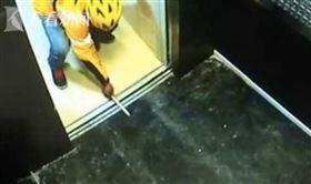 外送,電梯,筷子,外送員。(圖/翻攝自看看新聞)