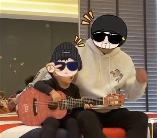 周杰倫兒子羅密歐自彈自唱 翻攝微博