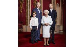 照片中女王一襲白色洋裝,挽著招牌黑色手提包,查爾斯王子(Prince Charles)和威廉王子(Prince Willam)身著西裝,而喬治小王子(Prince George)則穿著白襯衫搭配綠色格紋長褲。(圖/翻攝自facebook)