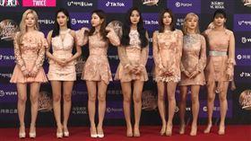 女團TWICE出席韓國金唱片大賞放送美腿。(圖/翻攝自vlive)