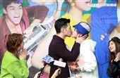 「網紅的瘋狂世界」演員吳思賢、言明澔玩親親。(記者邱榮吉/攝影)