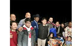 駐紐約辦事處長徐儷文(左1)4日出席由紐約市議員狄亞士(左5)等民意代表舉辦的三王節慶祝活動,分送書包、文具與玩具給在場孩童。(駐紐約辦事處提供)中央社記者尹俊傑紐約傳真 109年1月5日