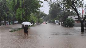 雅加達大範圍淹水印尼首都雅加達跨年夜下起大雨,河川水位暴漲,許多地區大範圍淹水。(雅加達東區民眾提供)中央社記者石秀娟雅加達傳真  109年1月1日