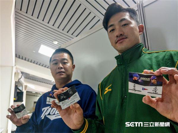 業餘雙雄吳昇峰、王宗豪登上中華職棒球員卡。(圖/記者王怡翔攝影)