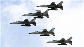 107空軍國防知性之旅營區開放台東志航基地登場,IDF經國號戰機實施高難度性能展示。(記者邱榮吉/台東拍攝)