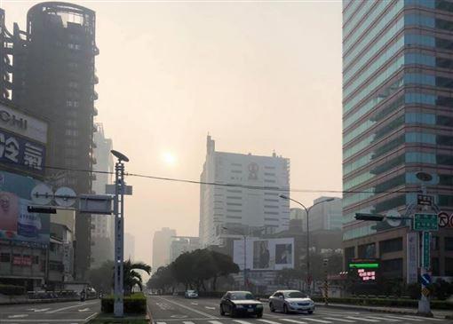 ▲台中這幾天一片霧茫茫、能見度非常低,突顯出空汙問題嚴重。(圖/翻攝自林佳龍粉絲專頁)