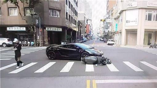 台中,藍寶堅尼,電動車,車禍,擦撞(圖/翻攝畫面)