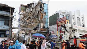 雅加達建築物倒塌位於雅加達西區Slipi社區的一棟5層樓高老舊建築物,6日上午10時左右倒塌,疑因多日大雨導致。在現場救援的員警指出,共13人受困,已全數救出。中央社記者石秀娟雅加達攝  109年1月6日