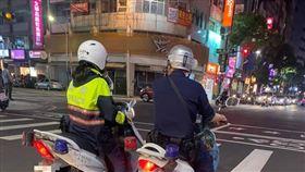 員警,紅燈,等待線,超越,檢舉,爆廢公社 圖/翻攝自臉書爆廢公社