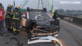 台北市堤頂大道賓士轎車自撞車禍(翻攝畫面)