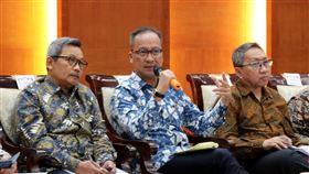 印尼工業部長說明中油台糖投資案印尼工業部長阿古斯(中)6日召開2020年政策願景的記者會,協助中油、台糖順利完成在印尼的投資案是其中重點。中央社記者石秀娟雅加達攝 109年1月7日
