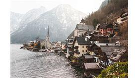 阿爾卑斯山區一座奧地利小村莊哈爾施塔特,據傳是迪士尼動畫「冰雪奇緣」艾倫戴爾王國靈感來源,因此一夕爆紅,每天湧入上萬名觀光客。(圖取自Unsplash圖庫)