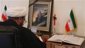 民眾在雅加達追悼蘇雷曼尼伊朗駐印尼大使館7日起開放民眾悼念遭美國擊殺的軍事將領蘇雷曼尼。圖為在雅加達的伊朗籍伊斯蘭教士寫下追思文字。中央社記者石秀娟雅加達攝 109年1月7日