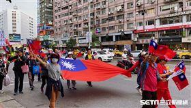 百名韓國瑜支持者7日下午現身台北市東區力挺。(圖/記者馮珮汶攝)
