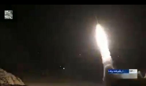 狙殺蘇雷曼尼引怒火!美軍駐伊拉克基地 遭伊朗軍數十枚導彈攻擊(圖/翻攝自推特@Timesofgaza)