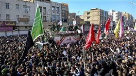 伊朗革命衛隊聖城部隊指揮官蘇雷曼尼的遺體5日運回伊朗西南部城市阿瓦茲,數以千計民眾前往迎接哀悼。(圖/美聯社/達志影像)
