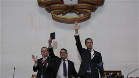 委內瑞拉反對派領袖瓜伊多(右)7日號召民眾走上街頭,舉行3天的反總統馬杜洛示威活動。(圖取自twitter.com/jguaido)