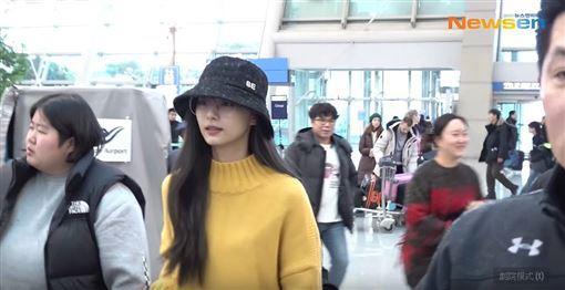 ▲子瑜低調地現身仁川機場準備搭機回台。(圖/翻攝自YouTube)