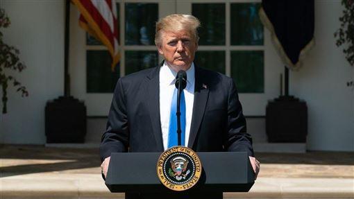 伊朗7日發射飛彈攻擊兩座美軍駐紮在伊拉克的基地,美國總統川普表示:「正進行傷亡及損失評估。目前都好!」(圖取自facebook.com/WhiteHouse)