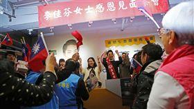 李佳芬赴北市民生社區 替蔣萬安造勢國民黨總統候選人韓國瑜妻子李佳芬(左)8日在台北市民生社區舉辦感恩茶會,並替國民黨立委候選人蔣萬安(右)站台。中央社記者游凱翔攝 109年1月8日