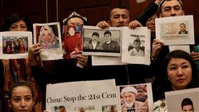 美發布報告:中國在新疆作為構成違反人道罪美國國會及行政部門中國問題委員會(CECC)8日公布2019年中國報告,指中國在新疆的作為已構成「違反人道罪」。報告發表會上多名維吾爾族人高舉遭拘禁的家人照片,盼獲得外界關注。中央社記者徐薇婷華盛頓攝 109年1月9日