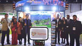 南亞旅展開幕  台灣館前貴賓合影觀光局駐新加坡辦事處主任林信任(左5)8日在印度北方省大諾伊達市參加南亞旅遊展暨旅遊交易會,並於台灣館與印度業者及工作人員合影。中央社記者康世人大諾伊達攝 109年1月8日