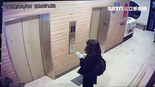 東吳大學蘇姓男大生上吊輕生身亡,林姓女友搭電梯最後身影(翻攝畫面)