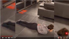 ▲體操選手Jax Kranitz發起柔軟度挑戰。(圖/翻攝自YouTube)