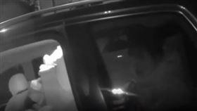 警察臨檢嚇壞!他為載冰箱回老家 竟把老婆塞進後車廂(圖/翻攝字秒拍)