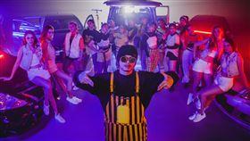 黃明志攜手金絲貓洋妞拍「過節老鼠」歌曲MV。(圖/亞洲通文創提供)