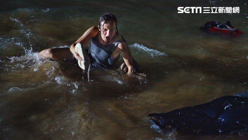 叢林浴血奔跑 男星嗆水完成水中拍攝