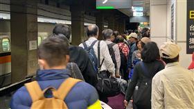 台北車站10日返鄉投票人潮。(圖/記者馮珮汶攝)