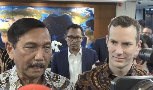 美國新援外機構啟動  協助印尼美國國際開發金融公司執行長柏勒(右)10日拜訪印尼海洋事務與投資統籌部長盧胡特(左)後指出,美國政府及企業將投入數百億美元協助印尼發展。中央社記者石秀娟雅加達攝  109年1月10日