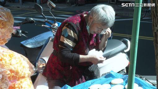 新北市板橋阿嬤賣年貨 籌肺炎老伴醫藥費(記者郭奕均攝影)
