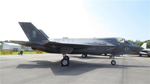 美批准軍售新加坡12架F-35B美國國防安全合作署(DSCA)10日表示,美國國務院已批准出售新加坡多達12架F-35B戰機及相關設備,估計價格達27.5億美元(約新台幣824億),軍售正待國會通過。圖為2018年新加坡航展上的美軍F-35B。中央社記者陳亦偉攝  109年1月10日