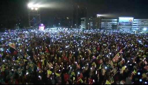 1/10選前之夜,台中造勢晚會,賴清德、蘇嘉全、林佳龍共同點亮天燈,與大家信心喊話。(圖/翻攝自民主進步臉書直播影片)
