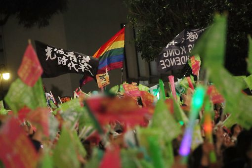 民進黨凱道選前之夜 挺同挺港民眾揮旗支持2020大選投票在即,民進黨10日選前之夜在台北凱道舉辦大型造勢活動,現場不少人帶著挺港、挺同的代表旗幟參與響應。中央社記者吳家昇攝 109年1月10日