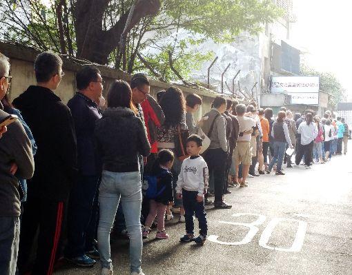 台北中正區投票所民眾大排長龍第15任總統副總統及第10屆立法委員選舉11日舉行,台北市中正區一處投票所上午8時已擠滿大批民眾,排隊等待投票。中央社記者施宗暉攝  109年1月11日