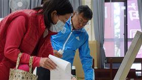 柯文哲投票第15任總統副總統及第10屆立法委員選舉11日舉行,台北市長柯文哲(藍衣者)11日上午前往投票所投票。中央社記者梁珮綺攝 109年1月11日