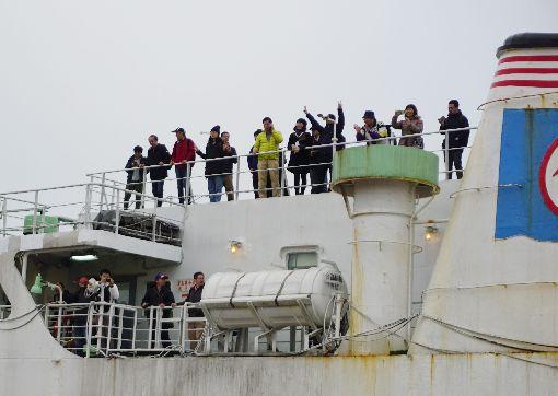 2百多金門民眾搭專船  返鄉投票搭載211名乘客的合富快輪11日一早抵達金門料羅港,等待下船前,旅客在甲板上等待。不少旅客表示,因為買不到機票,所以改搭專船返鄉投票。中央社記者黃慧敏攝  109年1月11日
