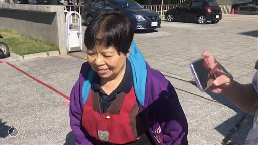 ▲賣菜阿嬤陳樹菊現身台東市的投開票所投票。(圖/翻攝畫面)