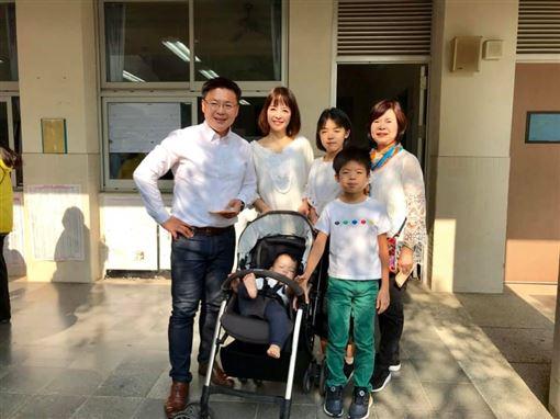 高雄市立委趙天麟全家約好穿白色上衣,一起到投開所投票。(圖/翻攝自趙天麟臉書粉絲專頁)